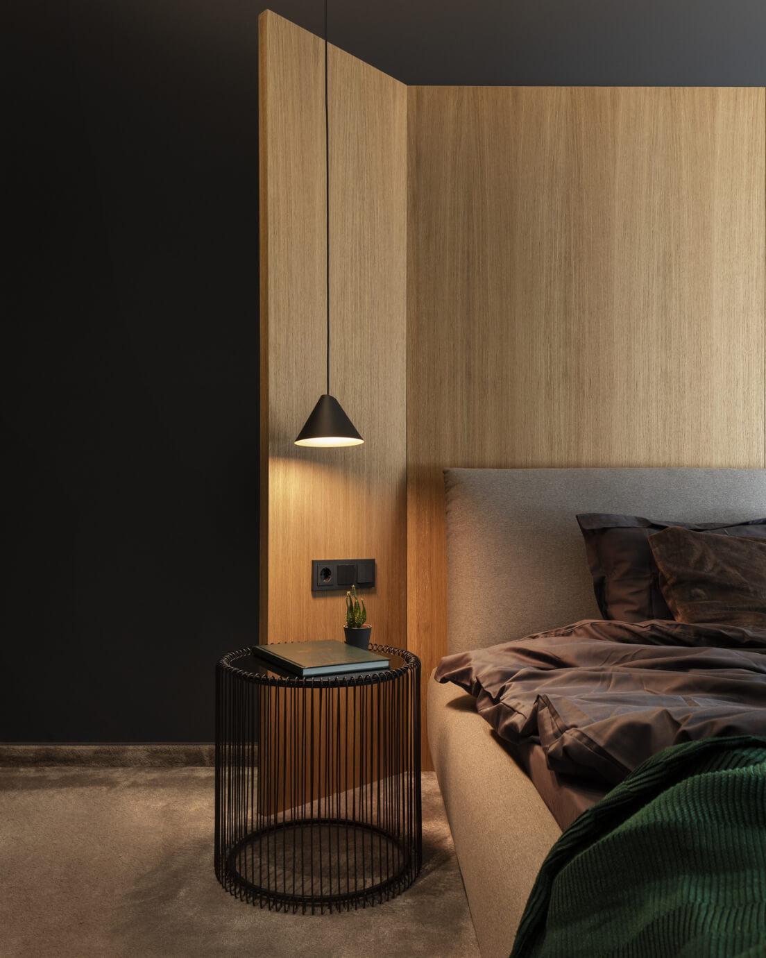 Спалня - нощна лампа и масичка