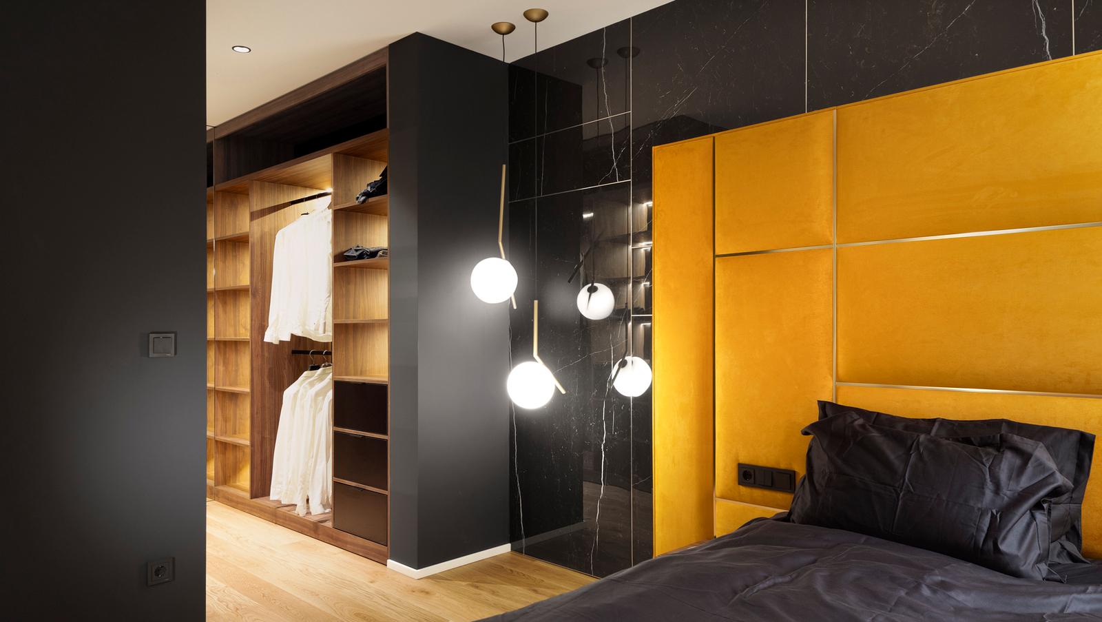 Интериорен дизайн на спалня с отворен гардероб