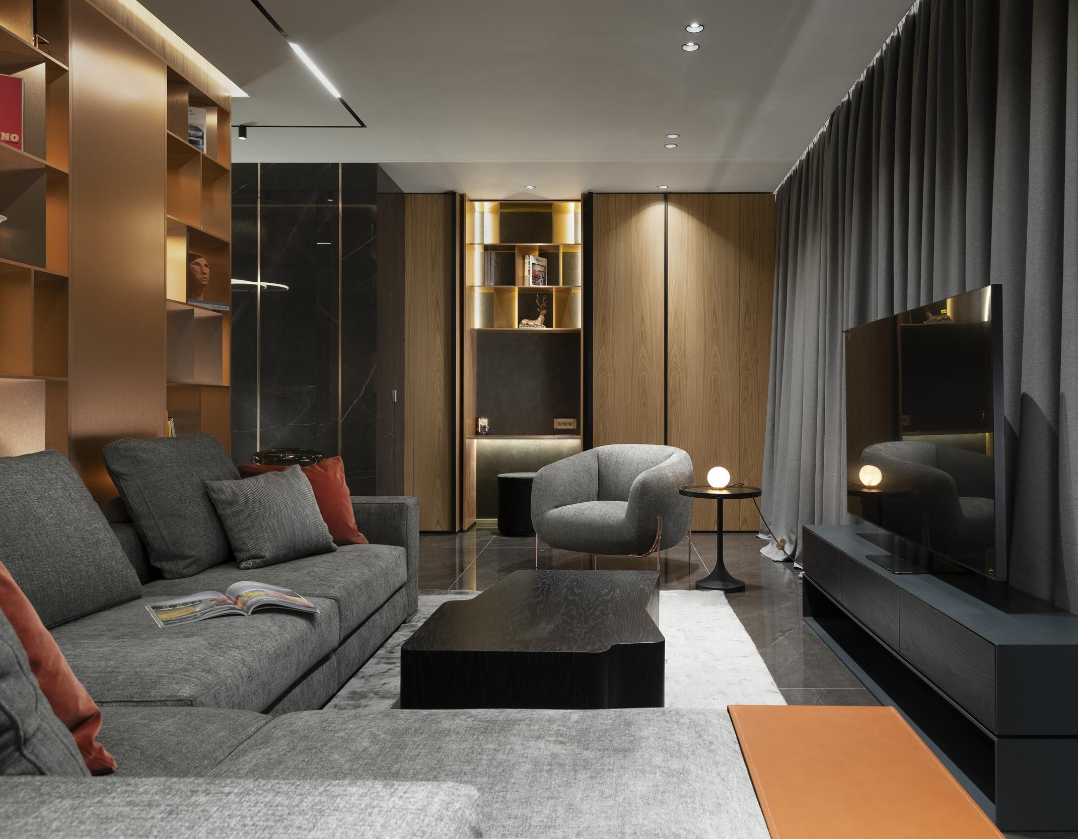 Хол с телевизор, маса и диван