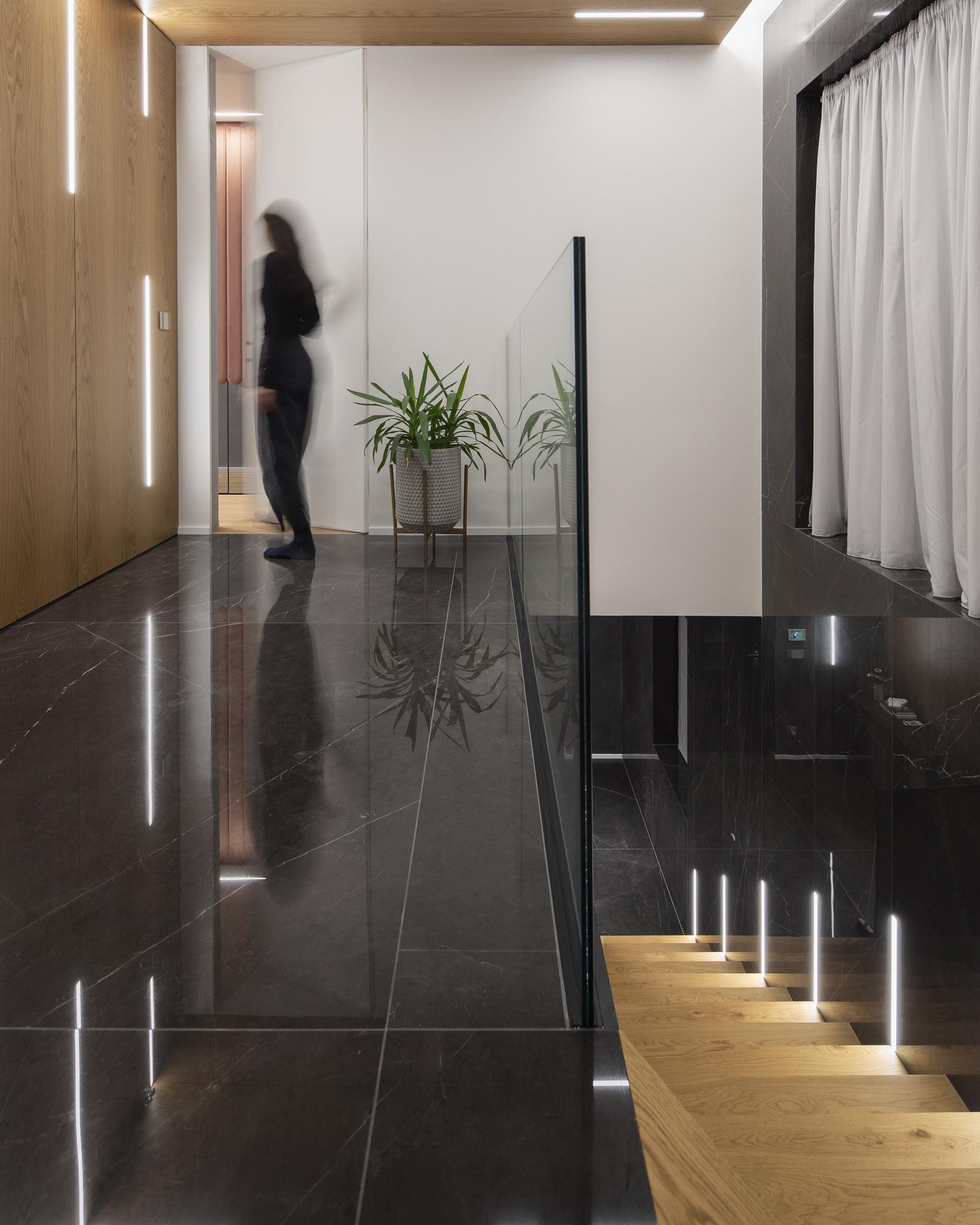 Стълби и коридор със стъклена преграда