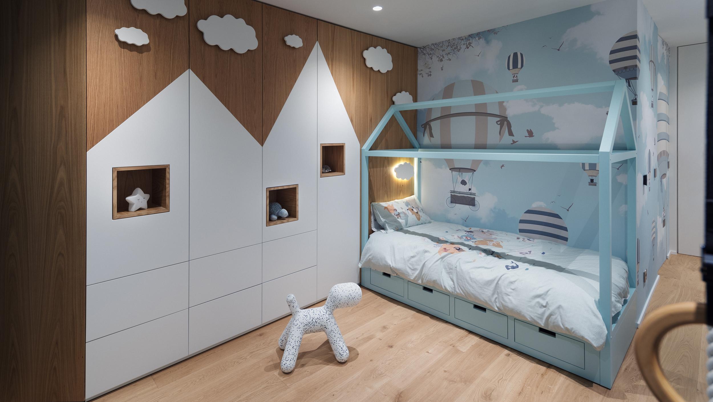 Детска стая с гардероб и детско креватче